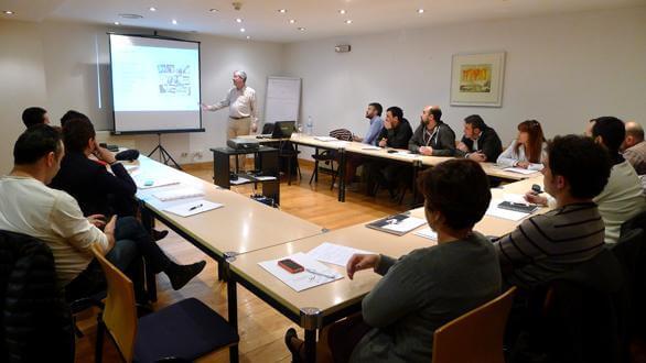 Impartiendo un seminario para la Asociación de Empresarios de Hostelería de Navarra (AEHN)