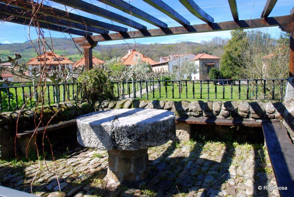 """Selaya, Cantabria. Cenador y jardines de la casona """"Posada de Linares"""""""